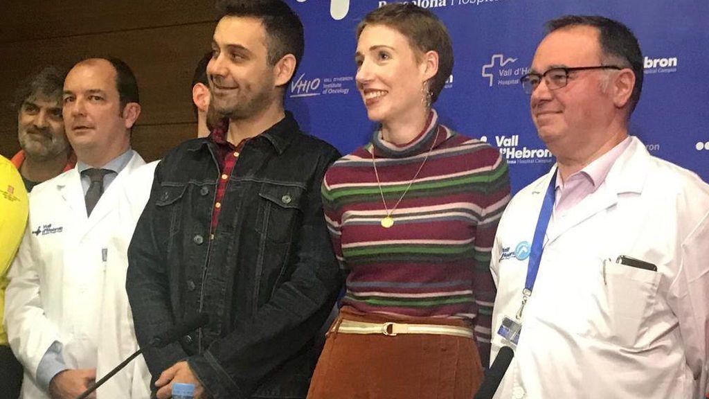 Audrei Mash, acompañada por su marido y los médicos que consiguieron reanimarla