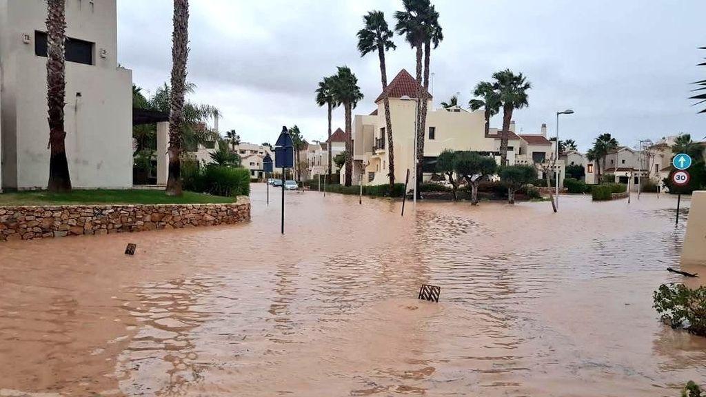 Valencia, anegada: las lluvias torrenciales llenan las calles de agua y barro