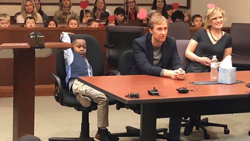 Un niño de cinco años invita a su adopción a sus amigos de guardería