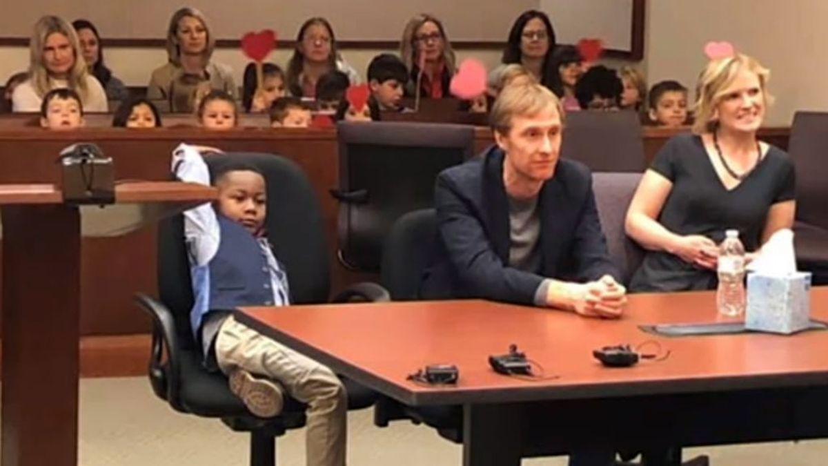 Arropado por sus compañeros de cinco años el día de la adopción