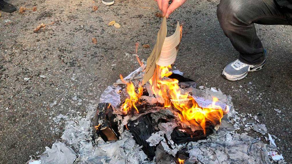Los independentistas radicales queman ejemplares de la Constitución y fotos de miembros de Vox