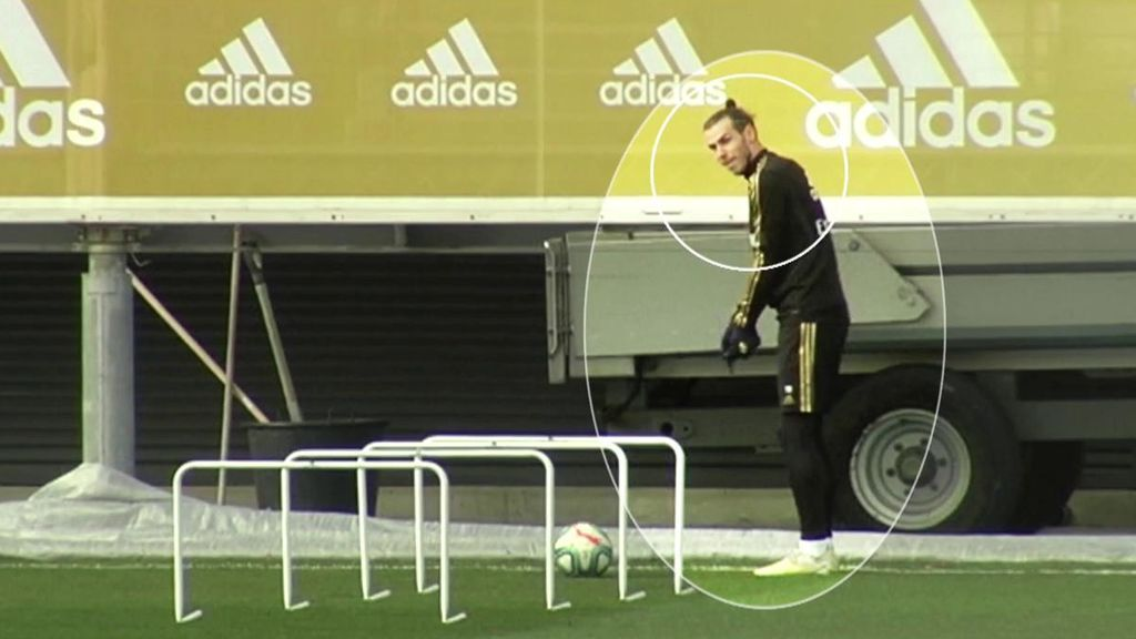 Bale nunca se olvida del golf: hasta en tres ejercicios se le pudo ver haciendo que golpeaba