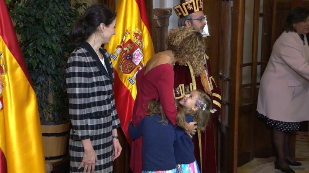 Las hijas de Batet la abrazan en el Congreso