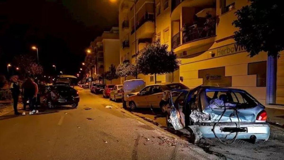Dos heridos en Málaga al estrellarse un coche contra varios vehículos estacionados