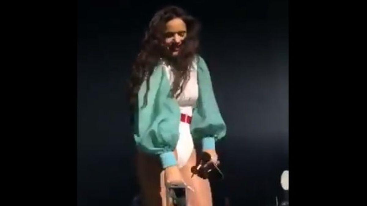 Rosalía regala uno de sus anillos a un fan después de que este intentase robárselo durante uno de sus conciertos