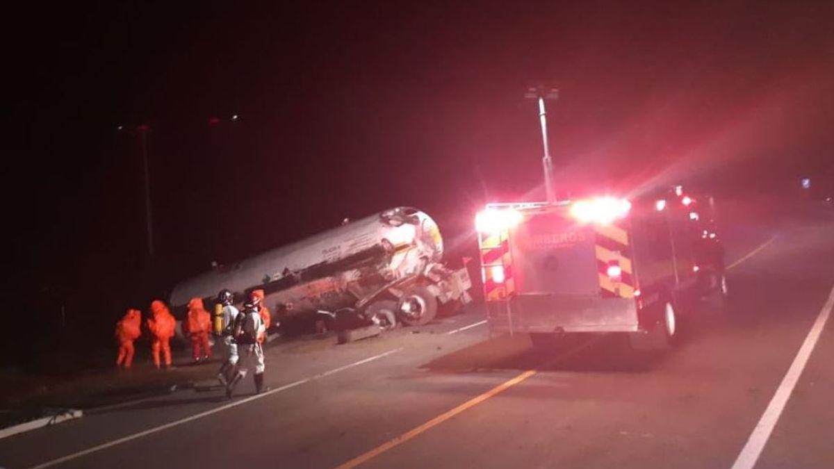 Cinco muertos tras inhalar el amoniaco vertido de un camión cisterna accidentado en México