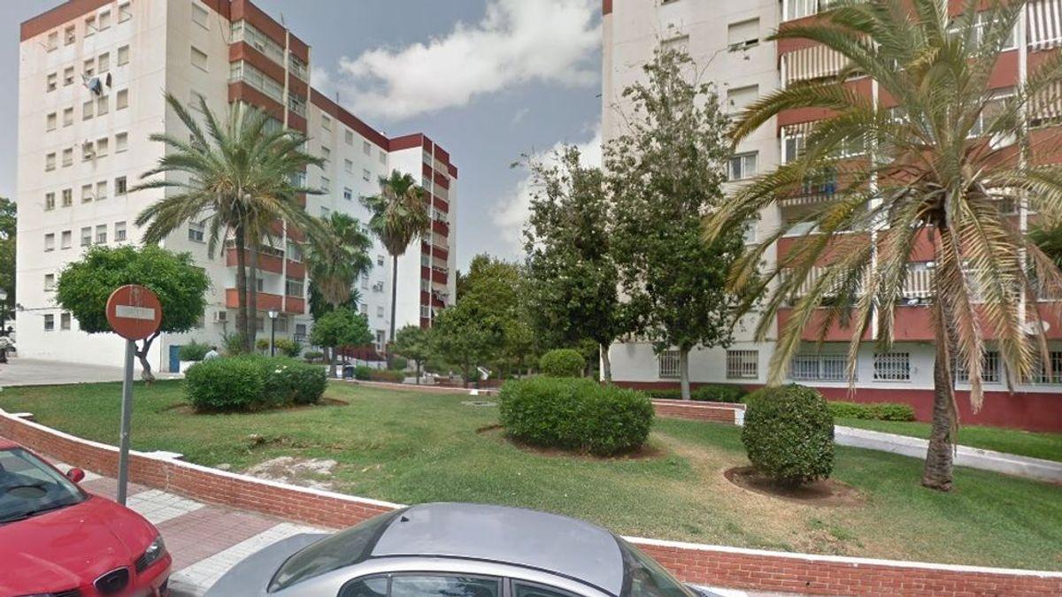 Un niño de dos años cae por la ventana de un sexto piso, pero consigue salvar la vida, en Marbella