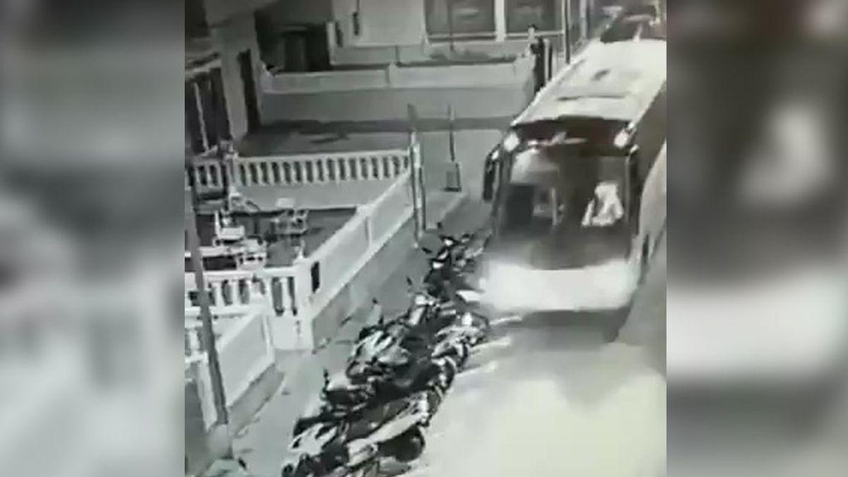 Roba un autobús en Benidorm y causa daños en varios vehículos aparcados a lo largo de dos kilómetros