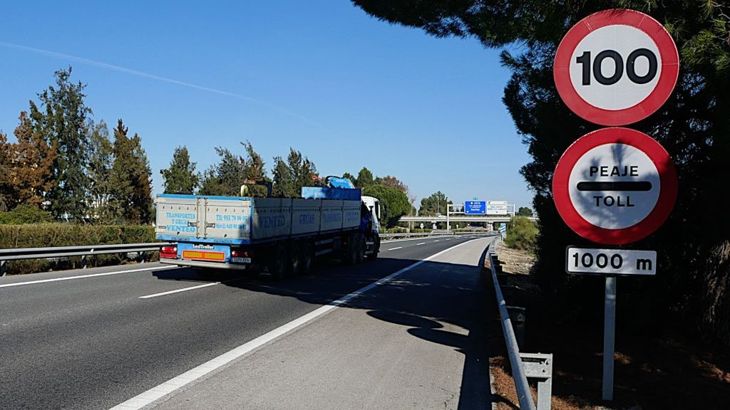 Un camión circula por la AP-4