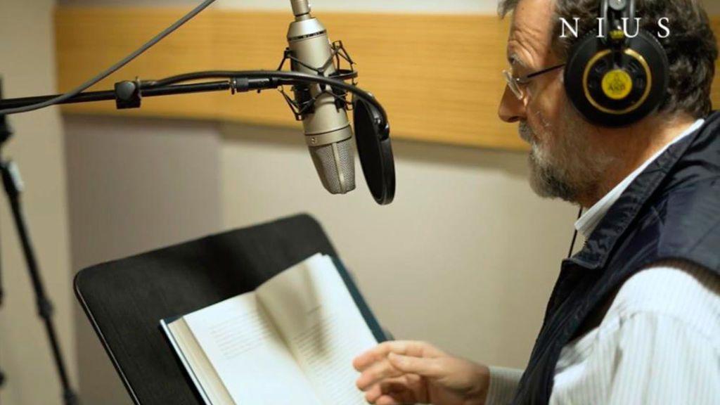 Mariano Rajoy lee su propio libro