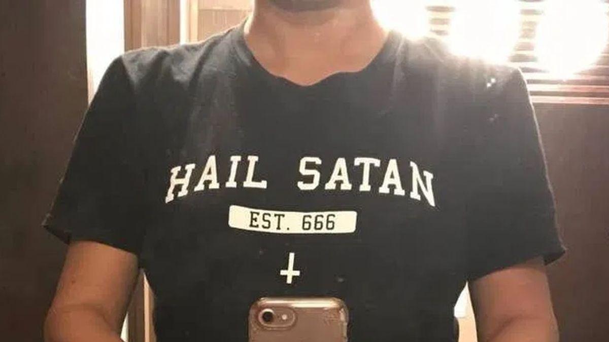 """""""Salve Satán"""". El polémico mensaje en una camiseta por el que una compañía aérea obligó a una mujer a cambiarse para poder tomar su vuelo"""