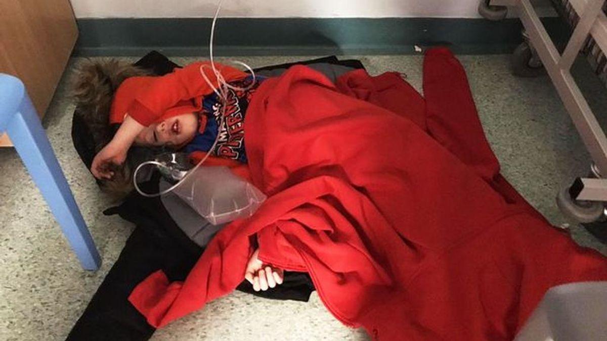 Un niño de cuatro años con neumonía se ve obligado a recibir el tratamiento tumbado en el suelo por la falta de camas de un hospital