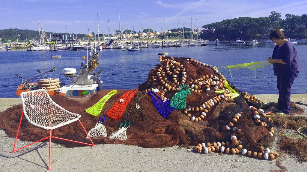 Viejos aparejos de pesca convertidos en glamurosos bolsos: la apuesta sostenible de las rederas de Galicia