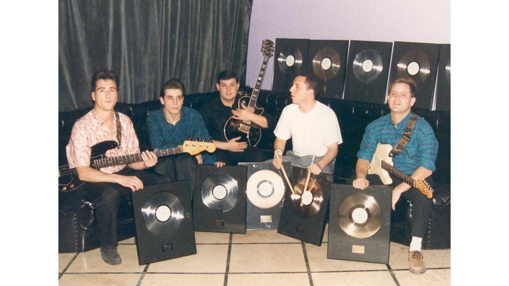 Danza Invisible con el disco de oro y platino de 1989