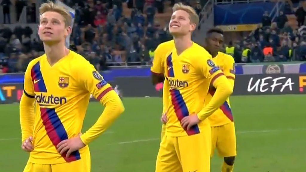 De Jong tuerce el gesto al enterarse sobre el césped de Milán de la eliminación del Ajax