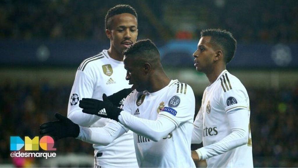 Militao, Vinícius y Rodrygo celebran un gol del Real Madrid en Brujas