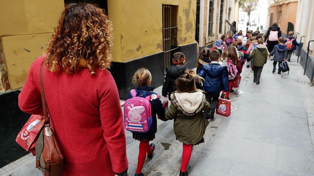 Niños camino de la asociación de belenistas