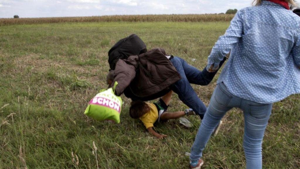 Una periodista zancadillea a un migrante