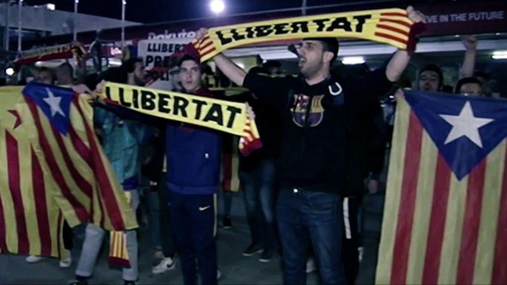 Socios del Barcelona y las consignas durante el partido