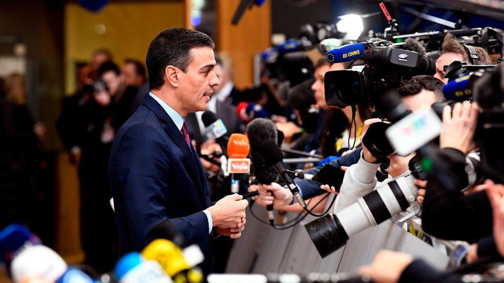 Sánchez, rodeado de periodistas