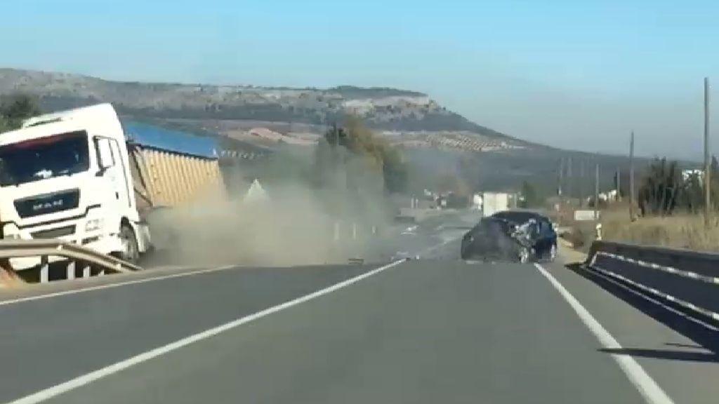 Un conductor drogado choca frontalmente contra un camión en Antequera