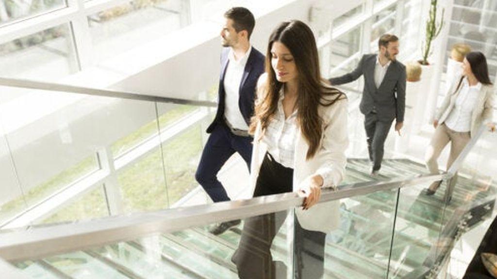 mujer-subiendo-escaleras-500x378