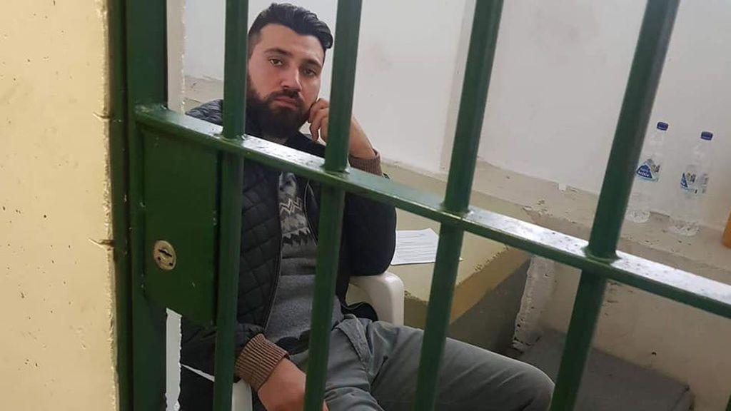"""Grecia detiene al activista símbolo de los refugiados de Lesbos para deportarlo por """"amenaza pública"""""""