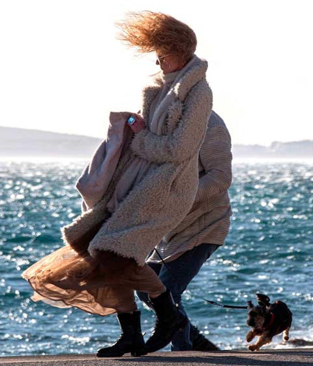 Mujer paseando por Mallorca