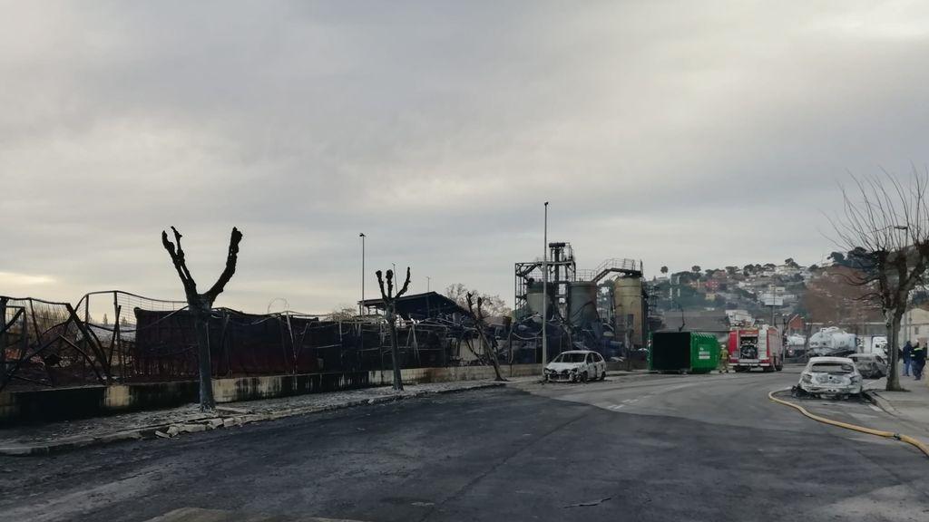 Así ha quedado la empresa de disolventes incendiada en Barcelona