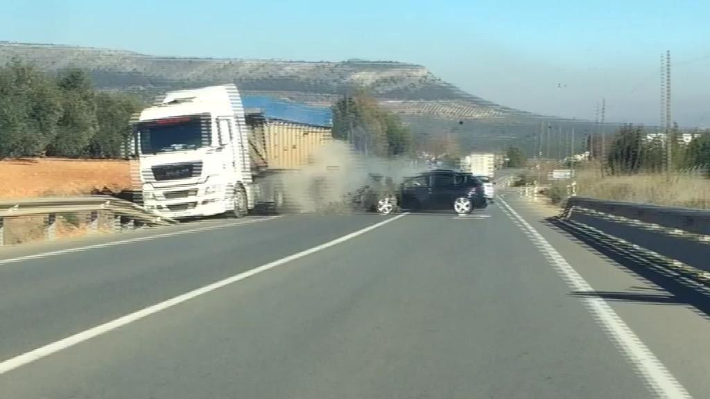 Un conductor drogado provoca un aparatoso accidente en Antequera