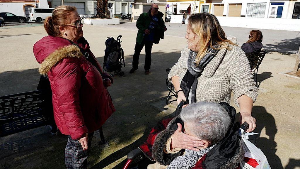 Ana recibe el apoyo de una vecina de la Viña