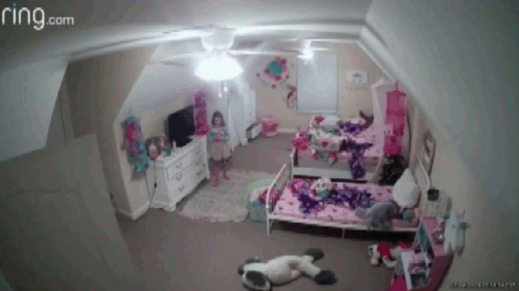 """Un hombre hackea la cámara de seguridad instalada en el cuarto de una niña de 8 años: """"Quiero ser tu mejor amigo"""""""