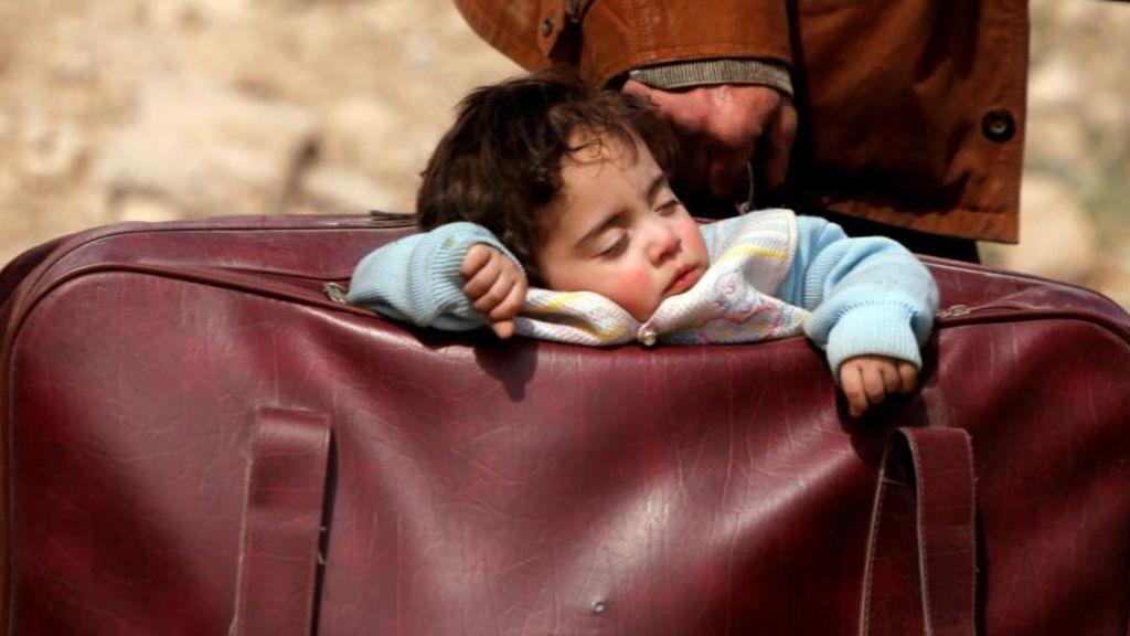 Un hombre huye con su hijo en una maleta
