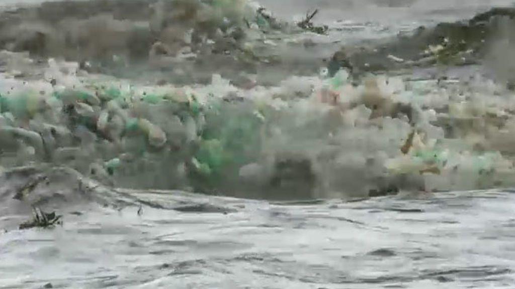 Olas de plástico en las playas de Sudáfrica