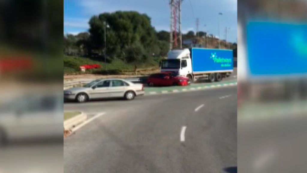 Un camión arrastra un vehículo en Mijas (Málaga)