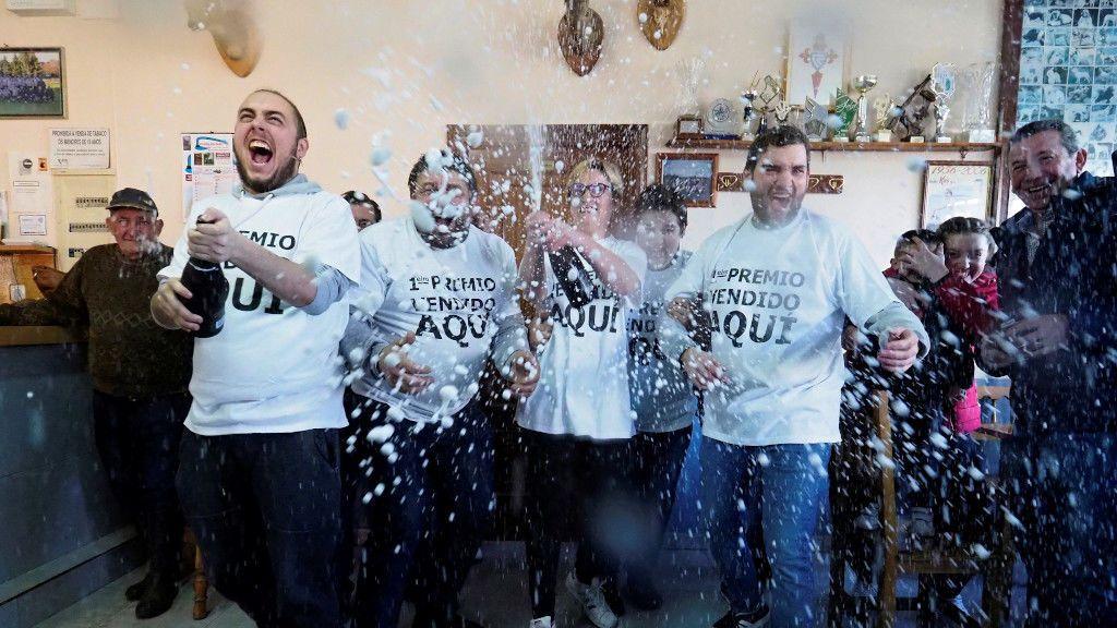 Los dueños y clientes del bar, festejando el Gordo
