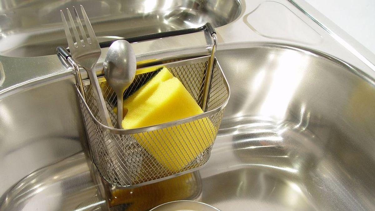 Que parezca limpio no significa que lo esté: cómo limpiar estropajos y bayetas