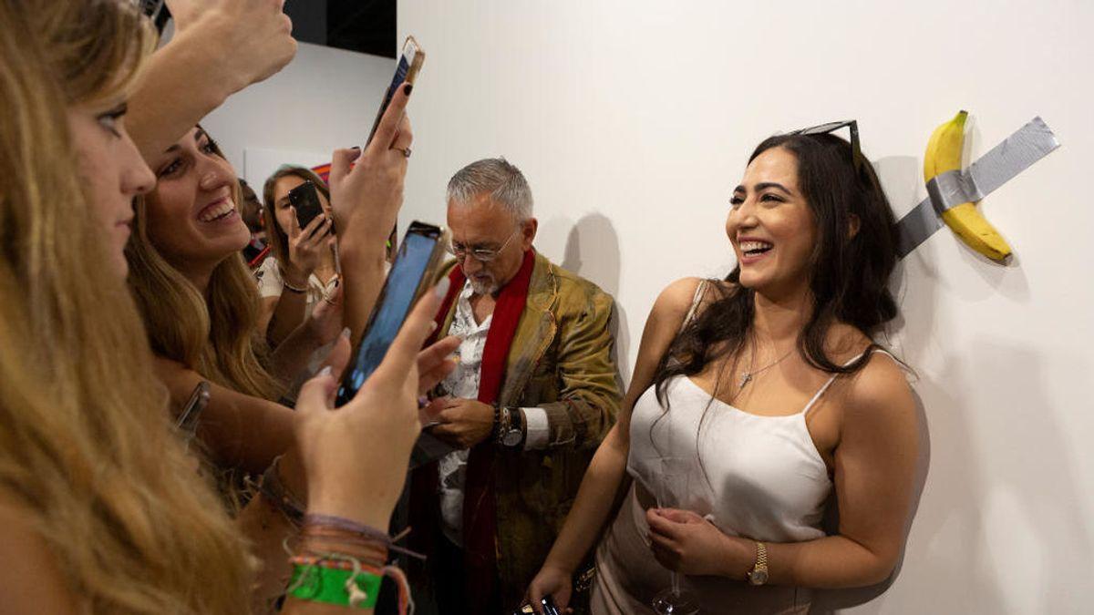 La obra de arte 'Comedian' fotografíada en la galería de arte Basel de Miami