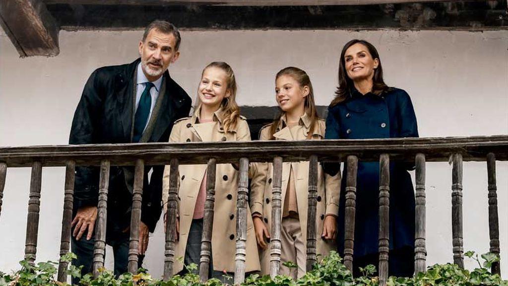 Los reyes Felipe y Letizia, y sus hijas  Leonor y Sofía felicitan la Navidad