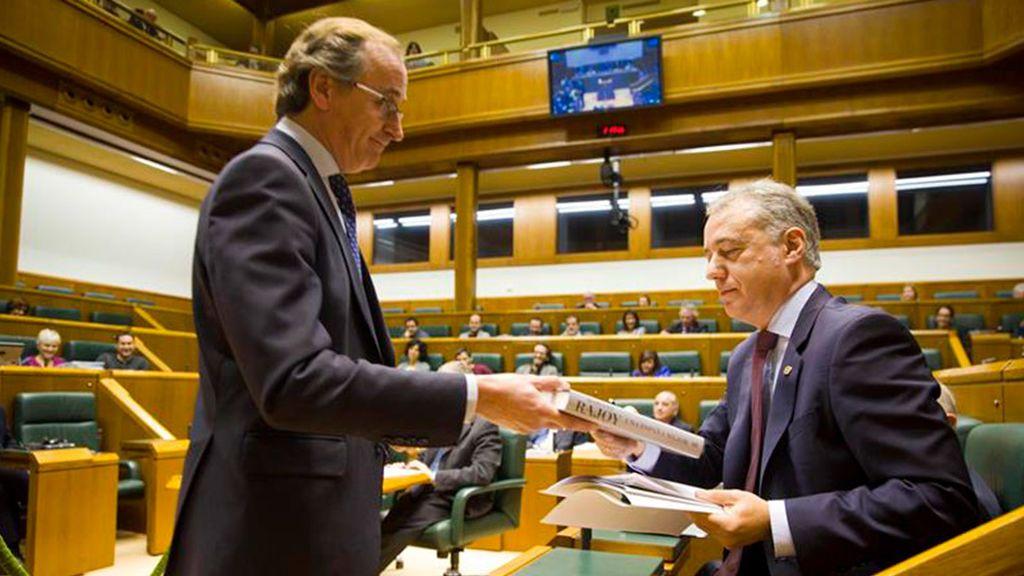 Alonso regala las memorias de Rajoy al lehendakari