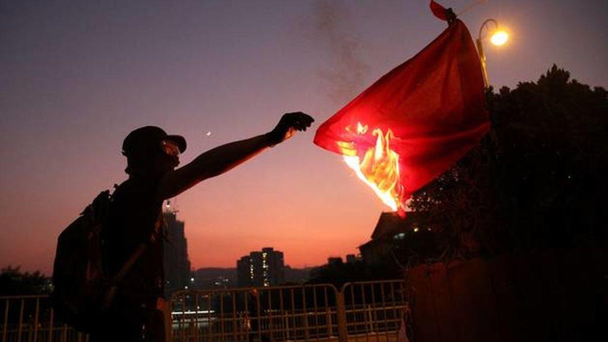 Una  niña de 13 años es enviada a tratamiento psicológico por quemar una bandera china en Hong Kong