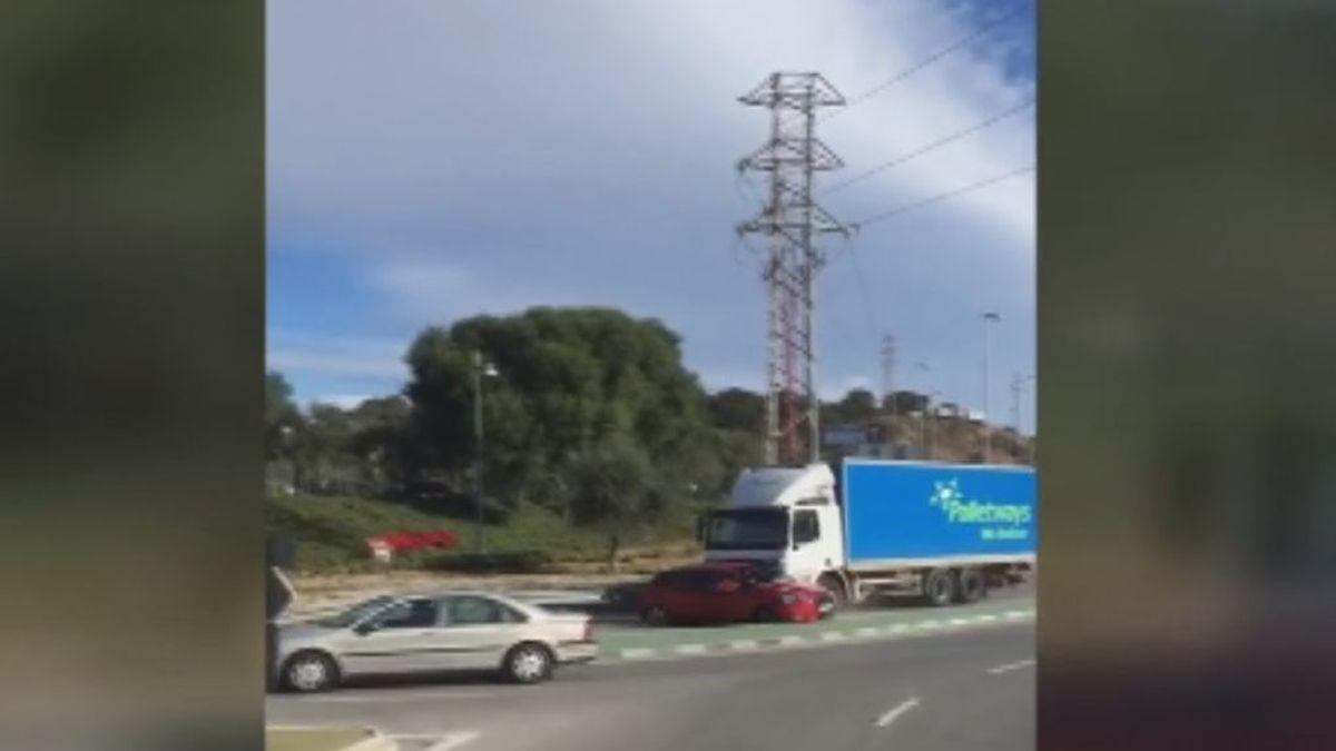 Un camión embiste a un vehículo y lo arrastra varios metros sin reparar en lo sucedido  en Mijas