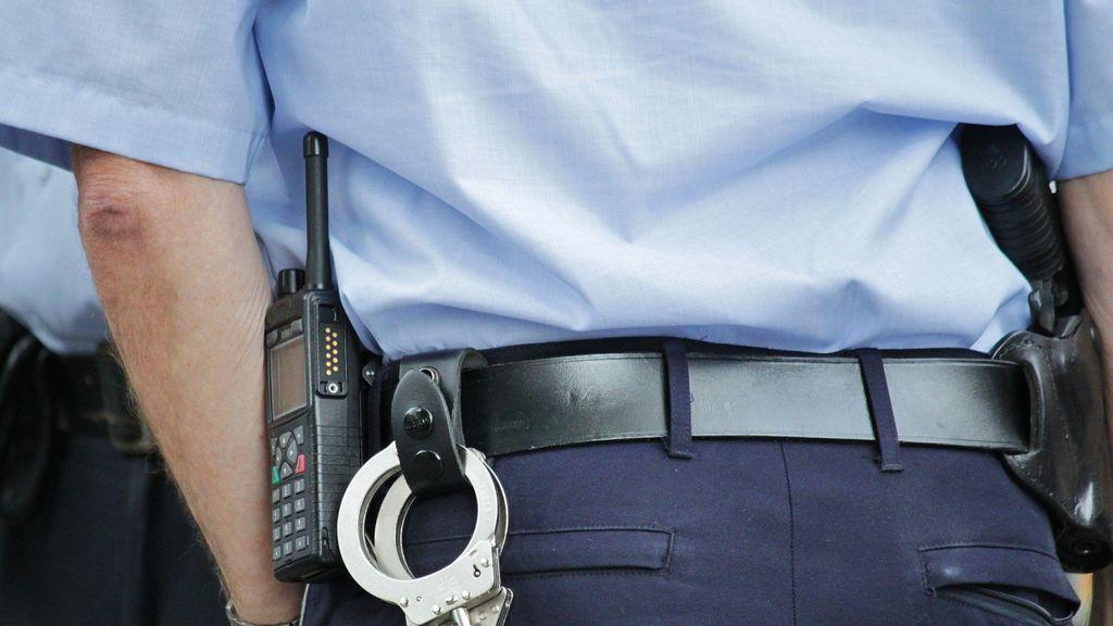 Detienen a un policía por tocar los pechos del cadáver de una mujer