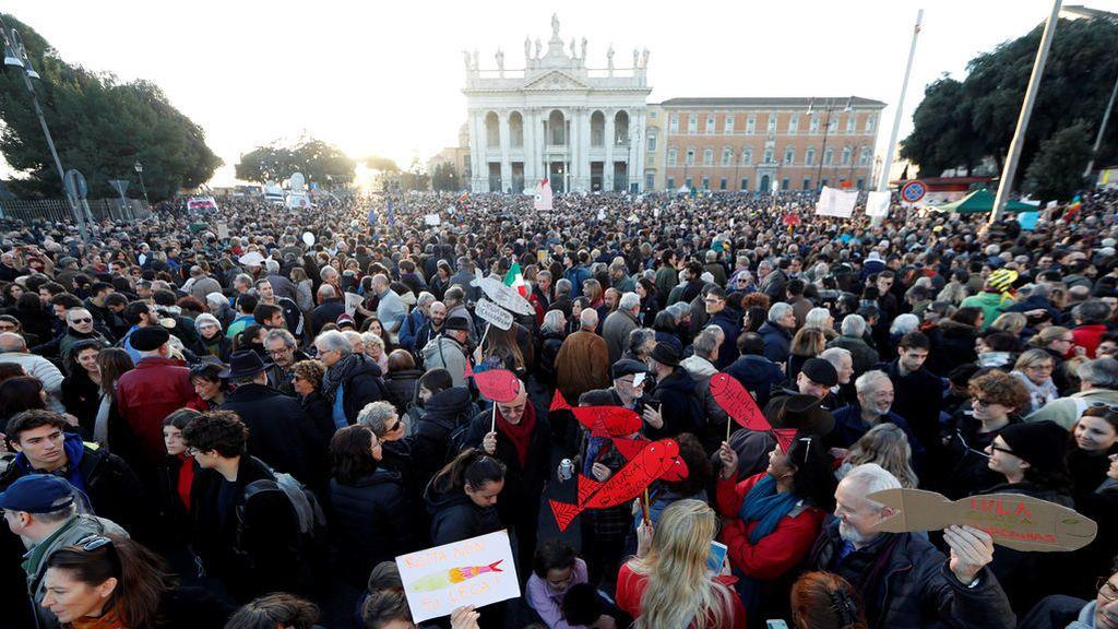 Las sardinas le arrebatan a Salvini el monopolio de las calles en Italia