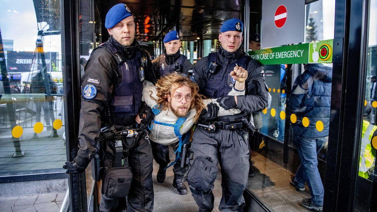 La Policía militar evacúa a la fuerza a cientos de activistas climáticos del aeropuerto de Ámsterdam