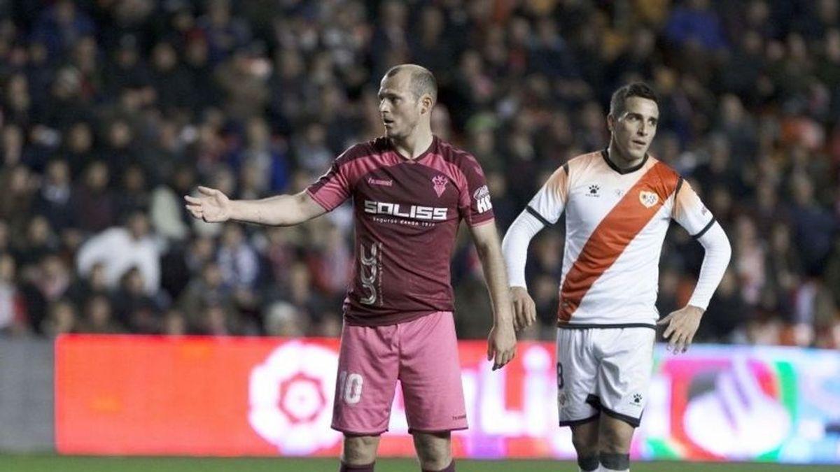"""Se suspende el partido entre el Rayo y el Albacete por insultos de """"puto nazi"""" al jugador Roman Zozulya"""