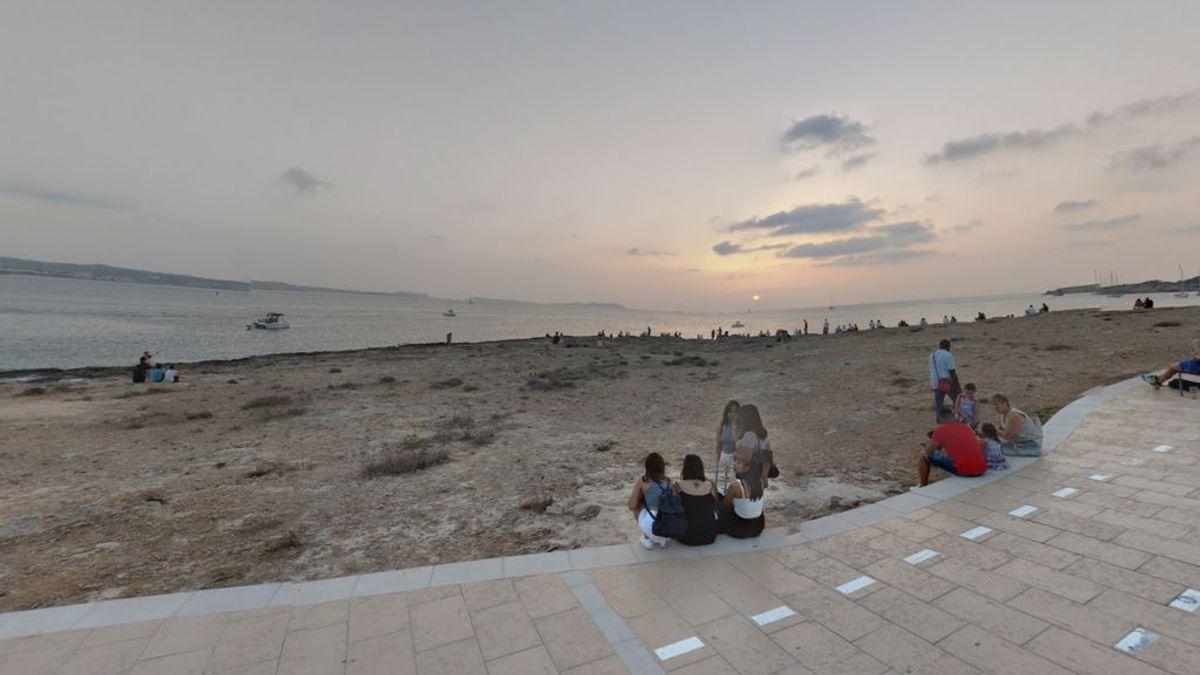 Un hombre muere arrastrado por las olas mientras pescaba en Ibiza