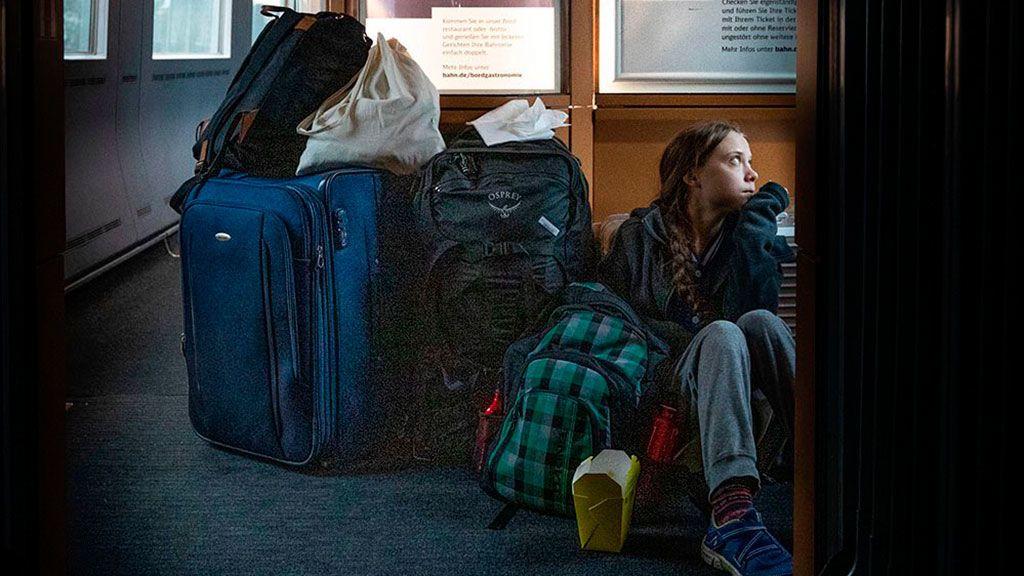 Sentada en el suelo o en primera clase: la polémica vuelta en tren de Greta Thunberg