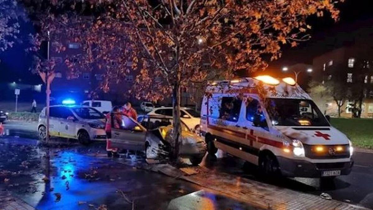Un hombre ha sido herido de levedad al chocar su vehículo contra un árbol