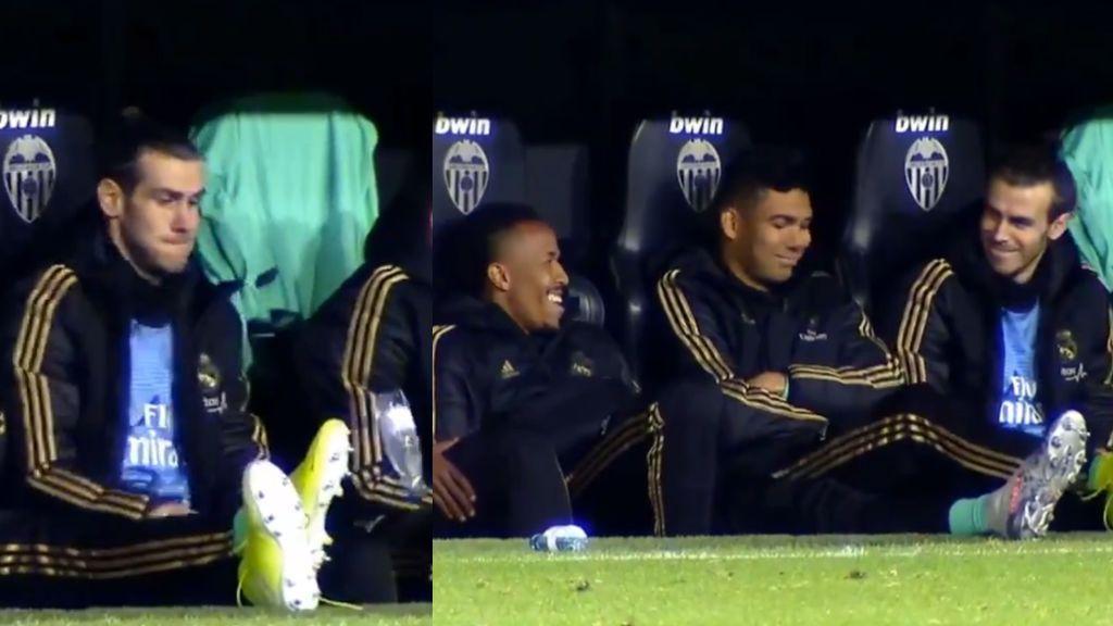 Gareth Bale se retroalimenta: jugando al 'bottle flip challenge' en el banquillo durante el partido